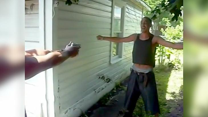防弾チョッキ越しに銃で撃ってもらって地味に怪我する男の映像