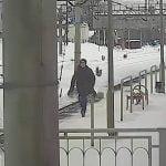 向かってくる電車に正面から飛び込んで自殺する男の映像