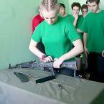 銃をバラして次の人が組み立てて次の人がまたバラして・・・を繰り返す軍の訓練映像