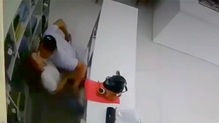 元妻に銃を突きつけながらキスを迫った男が撃ち殺される映像