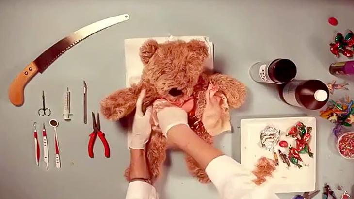テディベアの腹を切り開いて無駄にリアルな内臓からいろんなオモチャを摘出する映像