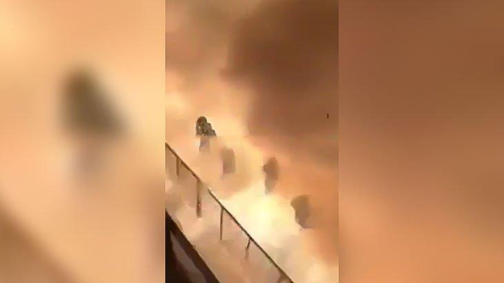 大量の花火の暴発で辺り一面火の粉まみれになってしまった映像