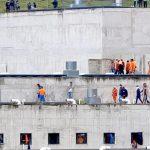 【閲覧注意】切断した頭を執拗に棒で叩いたりナイフを突き刺したりする囚人たちの映像