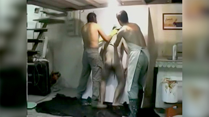 イカれ芸術家「人間の死体つかって絵を描くわww」(動画)