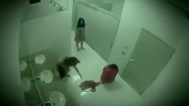 公衆トイレで突然血に濡れたスーツケースと女幽霊が出てくるドッキリ映像
