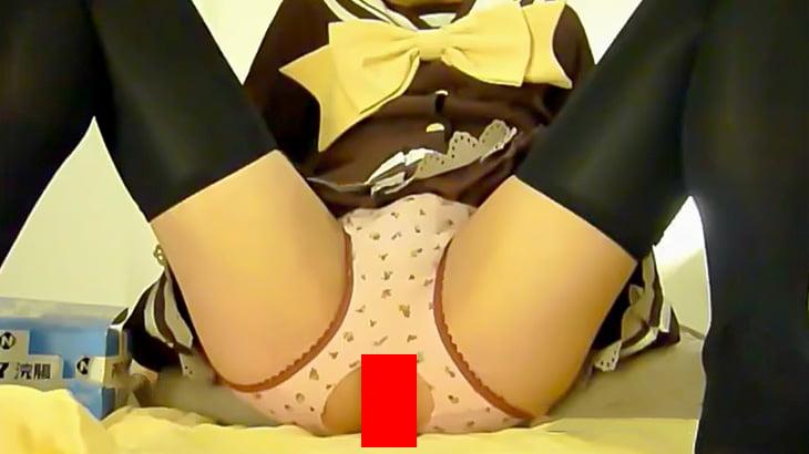 コスプレした男の娘が肛門からタマゴを産み落とす映像