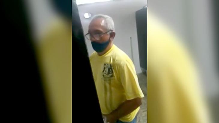 【動画】隣で小便する男性のチンチンをガン見してビンタされるおっさん