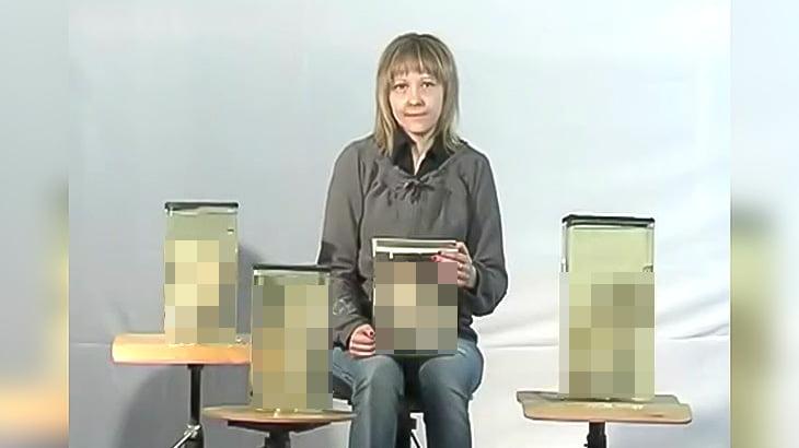 【閲覧注意】奇形児がホルマリン漬けにされた瓶を抱える女性の映像。