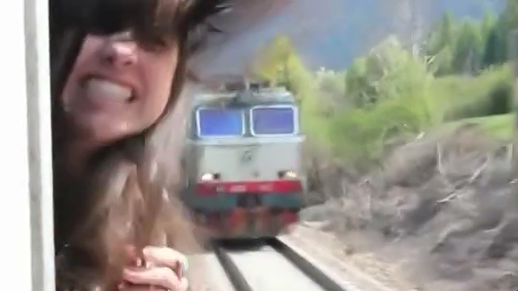 電車の窓から顔を出してたら対向車両にぶつかりそうになった女性の映像。