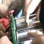 【閲覧注意】製麺機に左腕を挟まれてしまった男の子の映像。