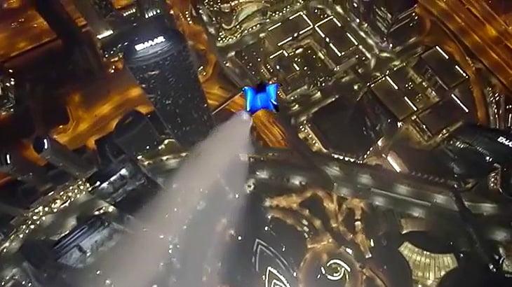 ウイングスーツで高層ビルの隙間をすり抜けていく映像。