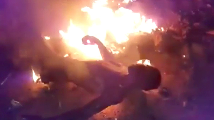 【閲覧注意】生きたまま燃やされて殺される男の映像。