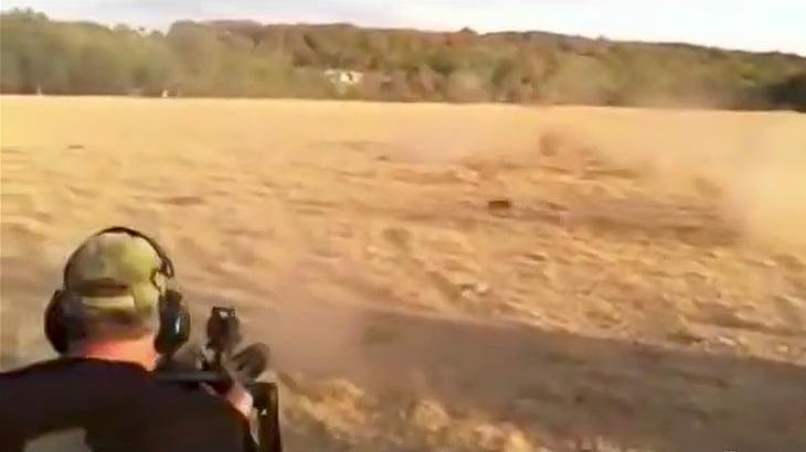 機関銃でイノシシを撃ち殺すハンターの映像。