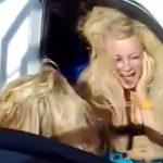 超強力なウーファーで髪の毛がバッサバサ揺れ動く女性の映像。