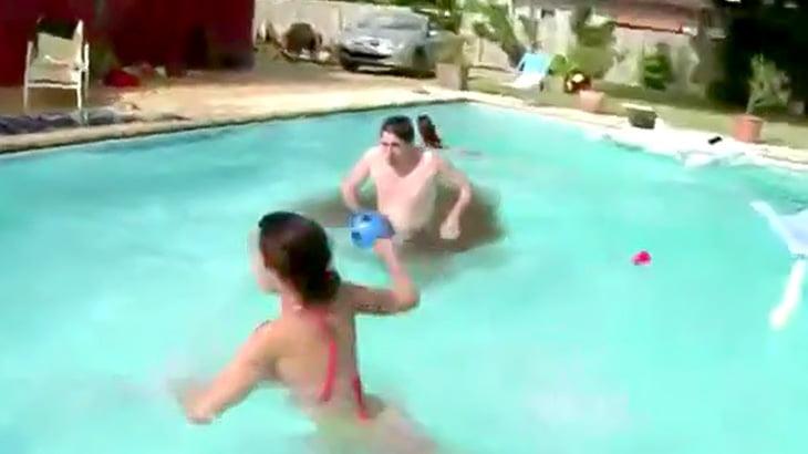 プールに飛び込んだ男からウンコが漂い出したので一斉に逃げる映像。