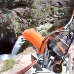 山を走っていたバイカーが20メートルの崖から転落してしまうGoPro映像。