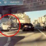 渋滞中に外に出て隣の車から何かを盗んで去っていく強盗の映像。