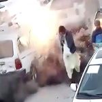 走行中の車が突然爆発して炎上してしまう映像。