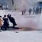 【中国】マンホールに爆竹入れた瞬間、とんでもない爆発で吹き飛ばされる少年(動画)