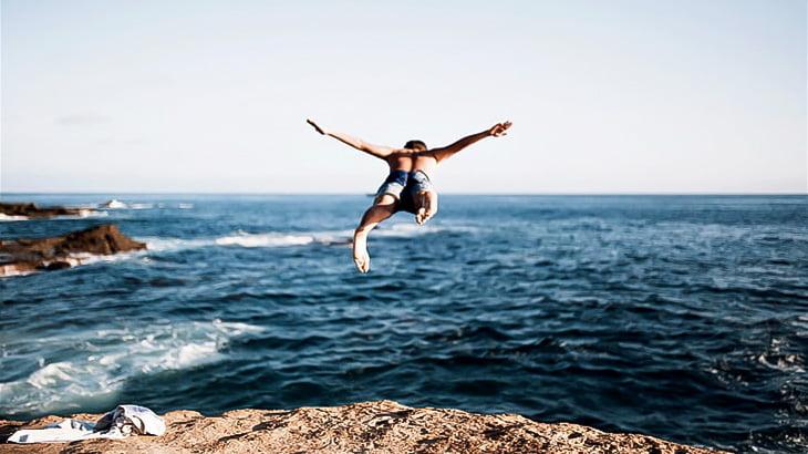 【閲覧注意】海へのダイブに失敗した男、顔が縦に割れてしまう・・・(動画)
