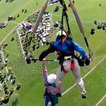 ハンググライダーのハーネスを付け忘れた男、宙吊り状態のまま飛び立ってしまう(動画)