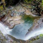 滝壺を覗き込んだ瞬間、足が滑って落下する女性視点映像