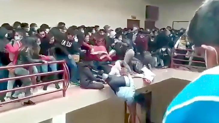 【動画】学生運動でバルコニーに集まった生徒たち、手すりが崩れて5人が転落死してしまう・・・