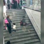 【動画】てんかん発作で痙攣する男、誰にも助けてもらえない・・・