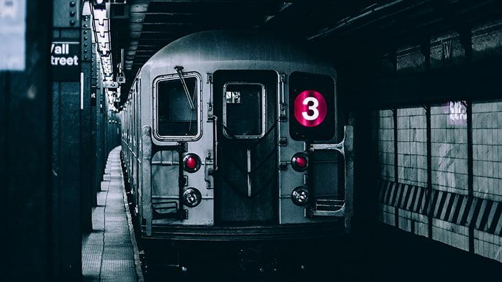 飛び込み自殺した男性、電車とホームに挟まってグルグル回ってしまう・・・(動画)
