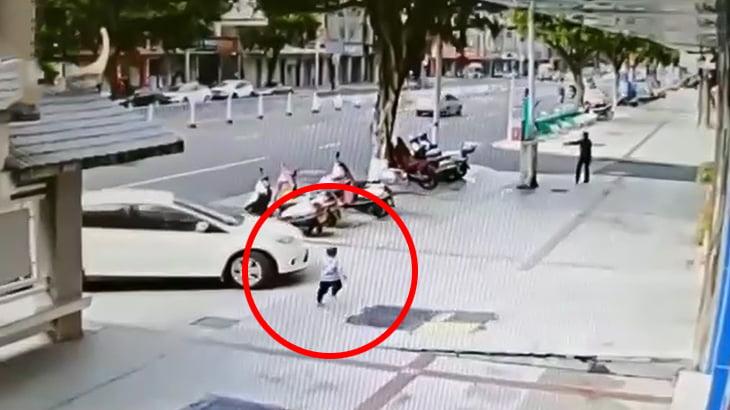 駄々をこねる子供 → 親「もう知らない!」→ 子供が車に轢かれて死亡(動画)