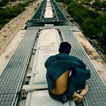 電車の屋根に立っていた男、歩道橋に激突して死亡(動画)