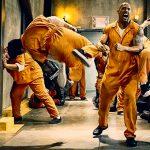 【閲覧注意】刑務所内での暴動。1人の男性の身体を寄ってたかって刃物で切断する囚人たち(動画)