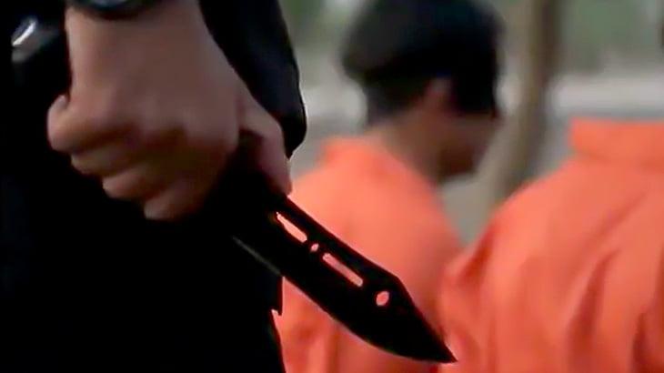 【閲覧注意】3人の捕虜を仰向けにして首を切っていくグロ動画・・・