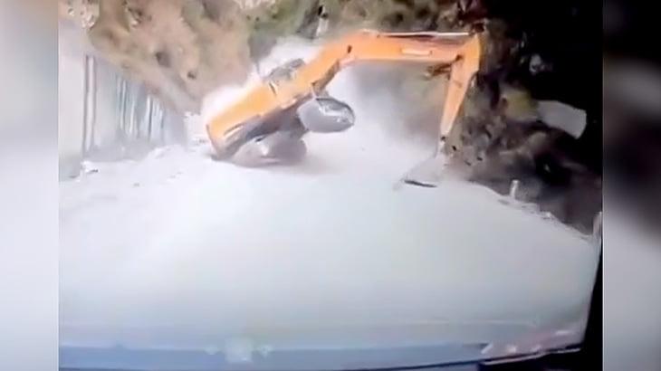 ドリフトかましながら滑り落ちてきたパワーショベルからバックで逃げる車載カメラ映像