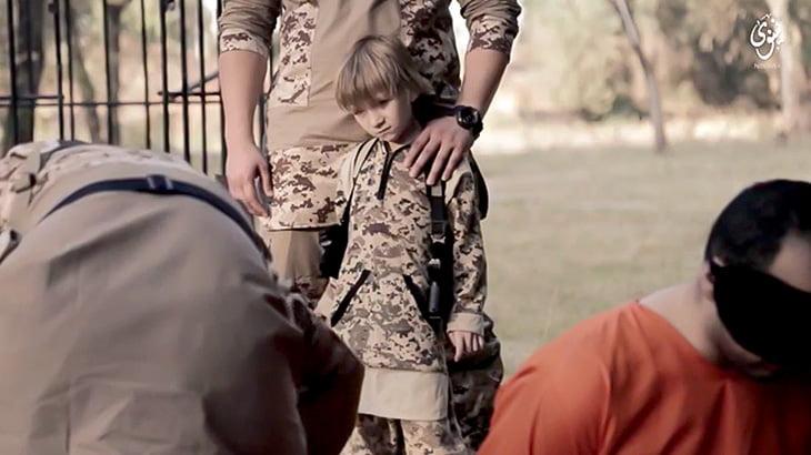 【閲覧注意】優秀な兵士に育てるために斬首を見せられたり銃殺させられたりする少年兵士(動画)