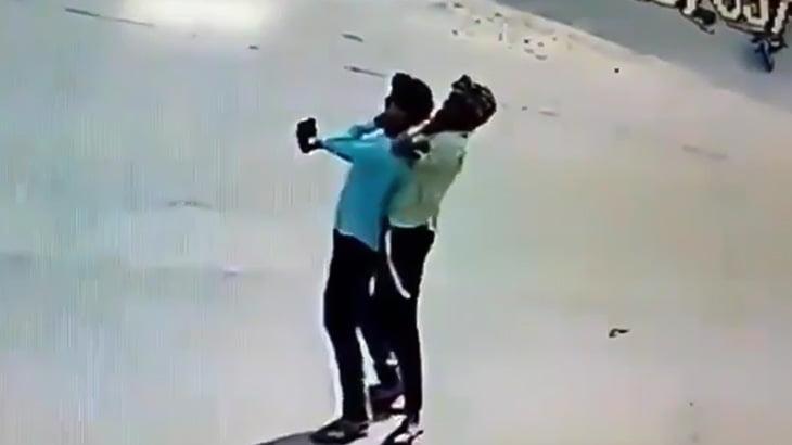 たった1台のスマホを奪うために相手の首を絞め落とす男たち(動画)