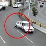 走行中の車のドアが開いて子供が放り出されてしまう映像