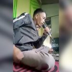 カラオケ屋で歌い始めた男 → なぜかマイクが大爆発(動画)