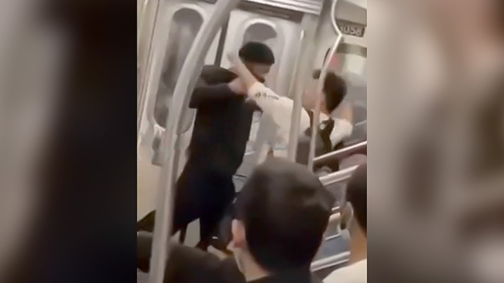 ニューヨーク在住のアジア人男性、地下鉄車内で黒人男性にボコボコにされてしまう(動画)