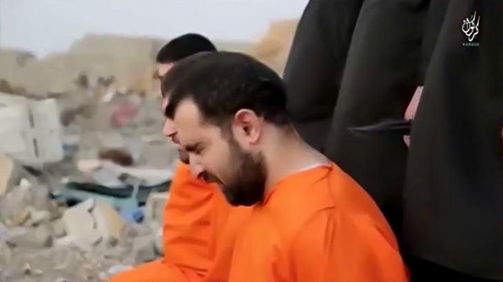 【閲覧注意】ISISさん、3人の男性にわざわざ仲間の首が切断される様子を見せつけてから同じ目に・・・(動画)