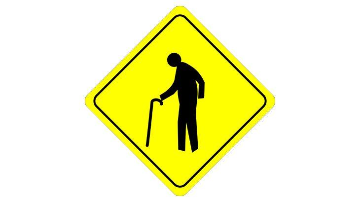 道路を横断しようとした高齢者、トラックに轢かれたあと後続車にも轢かれまくって死亡(動画)