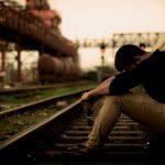 線路に横たわり人生を終わらせる男(動画)
