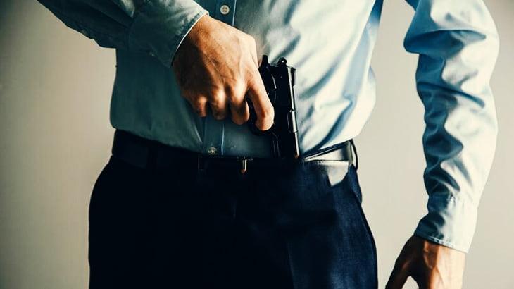 【閲覧注意】映画でよく見る「銃をズボンに挟む」アレ、危険だった模様・・・(動画)