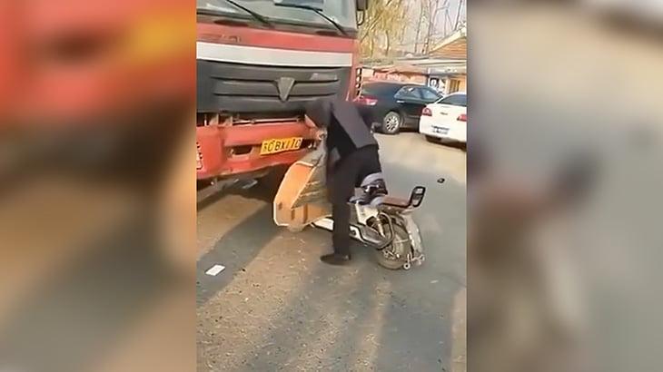 とにかくトラックに轢かれたことにしたい男(動画)