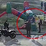 1人の若者に殴りかかったおじさん、全然関係ない若者たちにボコられてしまう(動画)