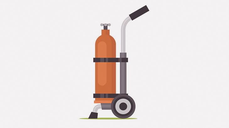 ガスボンベがまるでロケットのように吹っ飛んで男性の頭に直撃(動画)