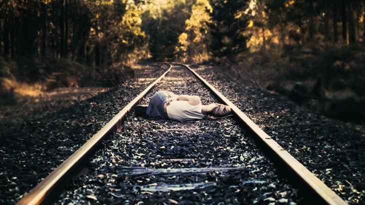 【閲覧注意】電車に首を切断させて自殺した女性(動画)