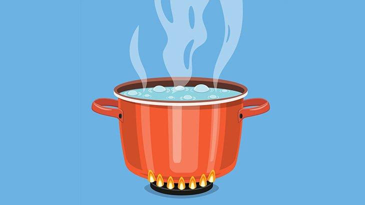 沸騰したスープが入った大きな鍋を運搬中、転倒して身体にかかってしまう男(動画)