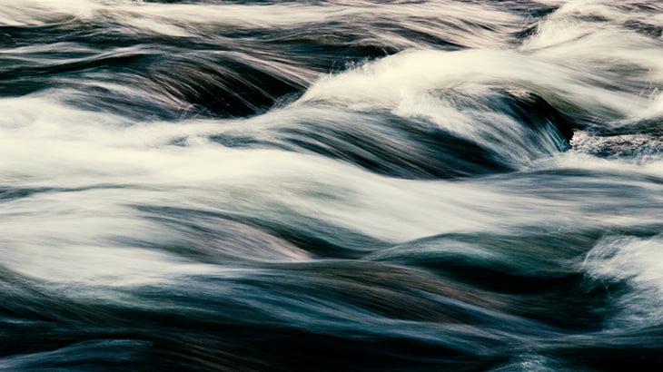 【閲覧注意】急流で岩に挟まった水死体をロープで引き上げる男たち(動画)