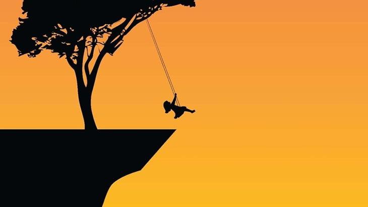 崖ギリギリに設置されたブランコで遊んでた2人の女性、転落してしまう・・・(動画)